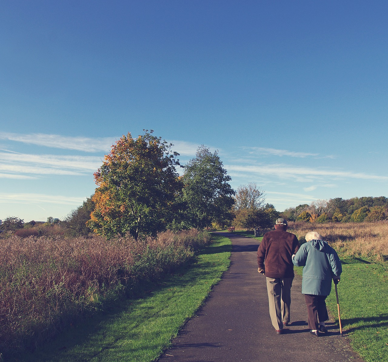 An elderly couple walking in the countryside and discussing the best places to retire in Idaho.