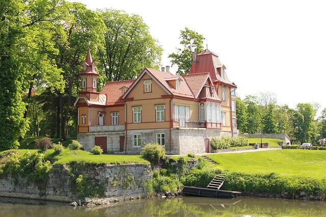 House in waterfront - Learn how to prepare for buying a waterfront property in Franklin Lakes.